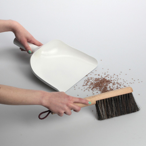 dezeen_Sweeper-and-dustpan-by-Jan-Kochanski_2