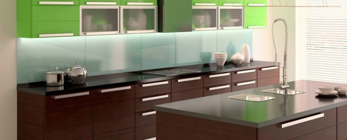 glass-paneled-backsplash-700x283