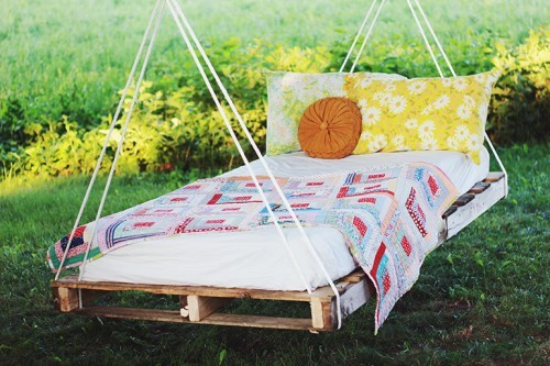 how-to-make-an-outdoor-pallet-swing-bed-2-500x333