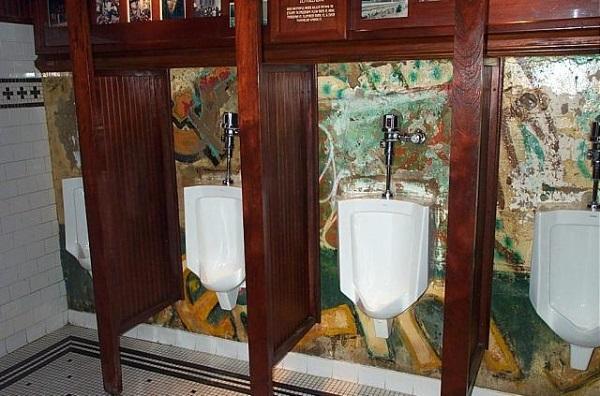 mur_berlinski_w_toalecie